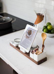 Rezeptvideo erstellen: Tablet mit Rezeptvideo auf Arbeitsplatte